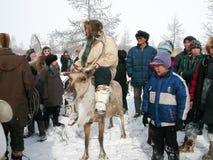 Chukotka i Bilibino, Chukchi Händelser och handel, nationella kläder ganska vinter royaltyfria foton