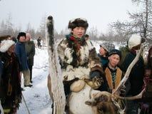 Chukotka i Bilibino, Chukchi Händelser och handel, nationella kläder ganska vinter royaltyfri bild