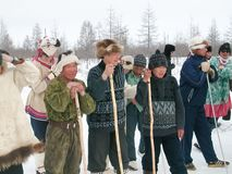 Chukotka i Bilibino, Chukchi Händelser och handel, nationella kläder ganska vinter arkivfoton