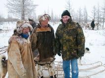 Chukotka i Bilibino, Chukchi Händelser och handel, nationella kläder ganska vinter royaltyfri fotografi