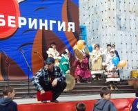 Chukotka i Bilibino, Chukchi Händelser och handel, nationella kläder royaltyfria foton