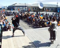 Chukotka i Bilibino, Chukchi Händelser och handel, nationella kläder royaltyfri bild