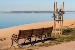 Chula比斯塔Bayfront与圣地亚哥海湾的公园长椅 免版税图库摄影