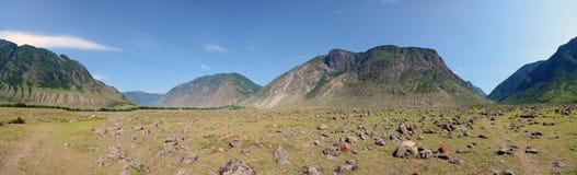 Chulcha河的冲积层锥体Chulyshman河,阿尔泰的谷的山,西伯利亚,俄罗斯 库存照片