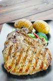 Chuleta asada a la parrilla con las verduras y las patatas asadas imagenes de archivo