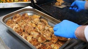 Chuleta de cerdo en la parrilla con los rastros tostados sabrosos y el humo fragante - el primer, cocinero cocina la carne asada  almacen de video