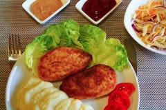 Chuleta del pollo Patatas trituradas coleslaw Fotos de archivo libres de regalías