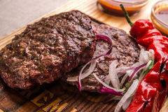 Chuleta frita apetitosa de la carne de vaca, adornada con las hierbas, pimienta, con la salsa Marco horizontal Imagenes de archivo