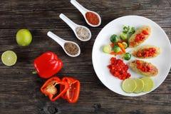 Chuletas asadas de los pescados servidas con las verduras Imagen de archivo libre de regalías
