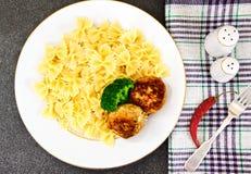 Chuletas con las pastas y el bróculi Imagen de archivo libre de regalías