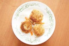 Chuletas con las rebanadas de zanahorias Fotografía de archivo libre de regalías