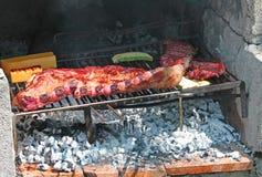 Chuletas de cerdo asadas a la parrilla con la barbacoa en el jardín 6 Foto de archivo libre de regalías
