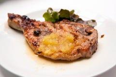Chuletas de cerdo asadas a la parrilla con las verduras y la salsa de la piña Imágenes de archivo libres de regalías