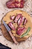Chuletas de cerdo asadas a la parrilla del cerdo en un tablero Fotografía de archivo libre de regalías