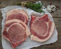 Chuletas de cerdo crudas Foto de archivo