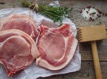 Chuletas de cerdo crudas Imagenes de archivo