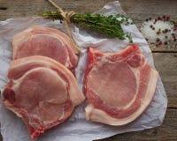 Chuletas de cerdo crudas Fotos de archivo libres de regalías