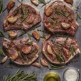 Chuletas de cerdo crudas con las especias en un molde para el horno del metal Foto de archivo libre de regalías