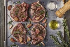 Chuletas de cerdo crudas con las especias en un molde para el horno del metal Fotos de archivo