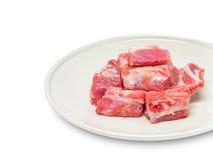 Chuletas de cerdo del cerdo crudas en plato Imagenes de archivo