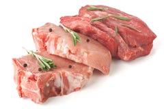 Chuletas de cerdo y carne de vaca crudas Fotografía de archivo libre de regalías