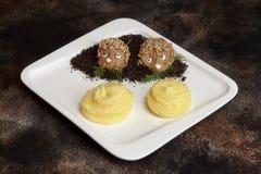 Chuletas de la carne en forma y puré de patata del erizo Embroma el menú Fotos de archivo