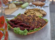 Chuletas de la carne de vaca y del cerdo con la cebolla y la lechuga en una placa Nutrición, ideal para todos Primer imágenes de archivo libres de regalías
