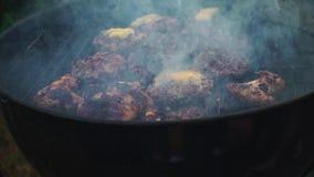 Chuletas de las hamburguesas del queso en barbacoa exterior asada a la parrilla superior almacen de metraje de vídeo