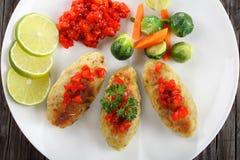 Chuletas de los pescados servidas con las verduras cocidas al vapor Fotos de archivo