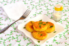 Chuletas del arroz frito en una placa Receta vegetariana fácil Foto de archivo
