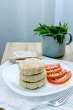 Chuletas del pavo de la dieta con queso en sésamo Foto de archivo
