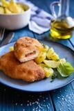 Chuletas fritas del cerdo rellenas con el tomate secado al sol y el queso del Roquefort, servidos con la patata Imagen de archivo