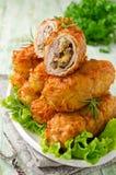 Chuletas quebradizas de la patata con la carne, las setas y el queso Fotografía de archivo libre de regalías
