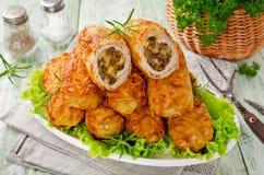 Chuletas quebradizas de la patata con la carne, las setas y el queso Imagen de archivo libre de regalías
