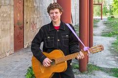 Chuligan z gitarą Obrazy Royalty Free