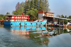 Chumphon,泰国- 2014年2月9日:在沿海渔村的渔船 准备海洋捕鱼 免版税图库摄影