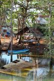 Chumphon,泰国- 2014年2月9日:渔船和小屋在沿海渔村 准备海洋捕鱼 免版税库存照片