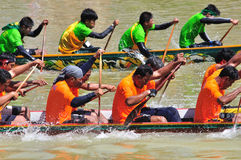 CHUMPHON,泰国- 10月21 :在赛跑o的划艇的船民桨 免版税库存图片