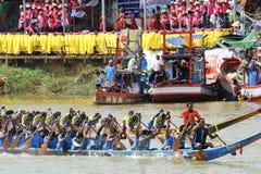 CHUMPHON,泰国- 10月21 :船民和人们划艇raci的 免版税库存照片