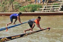 CHUMPHON,泰国- 10月21 :船民在弓上升赛跑旗子我 库存图片
