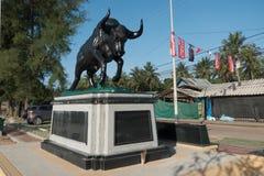 CHUMPHON, THAILAND-JUNE 14,2017 :在Thung Wua Laen bea的母牛雕象 库存照片