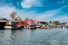 Chumphon, Ταϊλάνδη - 9 Φεβρουαρίου 2014: Αλιευτικά σκάφη στα παράκτια ψαροχώρι Θαλάσσιο ψάρεμα προετοιμασιών Στοκ Φωτογραφίες