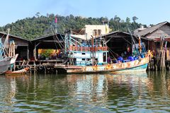 Chumphon, Ταϊλάνδη - 9 Φεβρουαρίου 2014: Αλιευτικά σκάφη στα παράκτια ψαροχώρι Θαλάσσιο ψάρεμα προετοιμασιών στοκ εικόνα με δικαίωμα ελεύθερης χρήσης