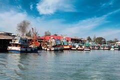 Chumphon, Таиланд - 9-ое февраля 2014: Рыбацкие лодки на прибрежных рыбацких поселках Морское рыболовство подготовки Стоковые Фото