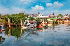 Chumphon, Таиланд - 9-ое февраля 2014: Рыбацкие лодки на прибрежных рыбацких поселках Морское рыболовство подготовки Стоковая Фотография RF
