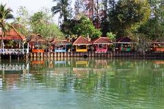 Chumphon, Таиланд - 9-ое февраля 2014: Хаты бунгал на прибрежных рыбацких поселках Морское рыболовство подготовки Стоковые Изображения RF