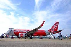 CHUMPHON, TAILÂNDIA - ABRIL 10,2019: Air Asia tailandês no aeroporto de Chumphon com os passageiros que andam no rés do chão imagem de stock royalty free