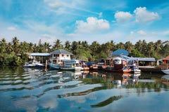 Chumphon, Tailandia - 9 de febrero de 2014: Barcos de pesca en los pueblos pesqueros costeros Pesca en mar de la preparación Imágenes de archivo libres de regalías