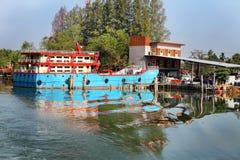 Chumphon, Tailandia - 9 de febrero de 2014: Barcos de pesca en los pueblos pesqueros costeros Pesca en mar de la preparación Fotografía de archivo libre de regalías