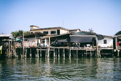 Chumphon, Tailandia - 9 de febrero de 2014: Barcos de pesca en los pueblos pesqueros costeros Pesca en mar de la preparación Imagen de archivo libre de regalías